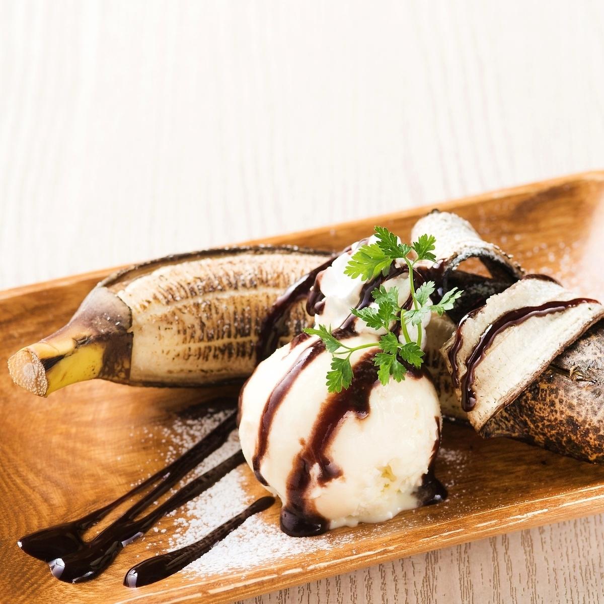 Baked banana with ice cream