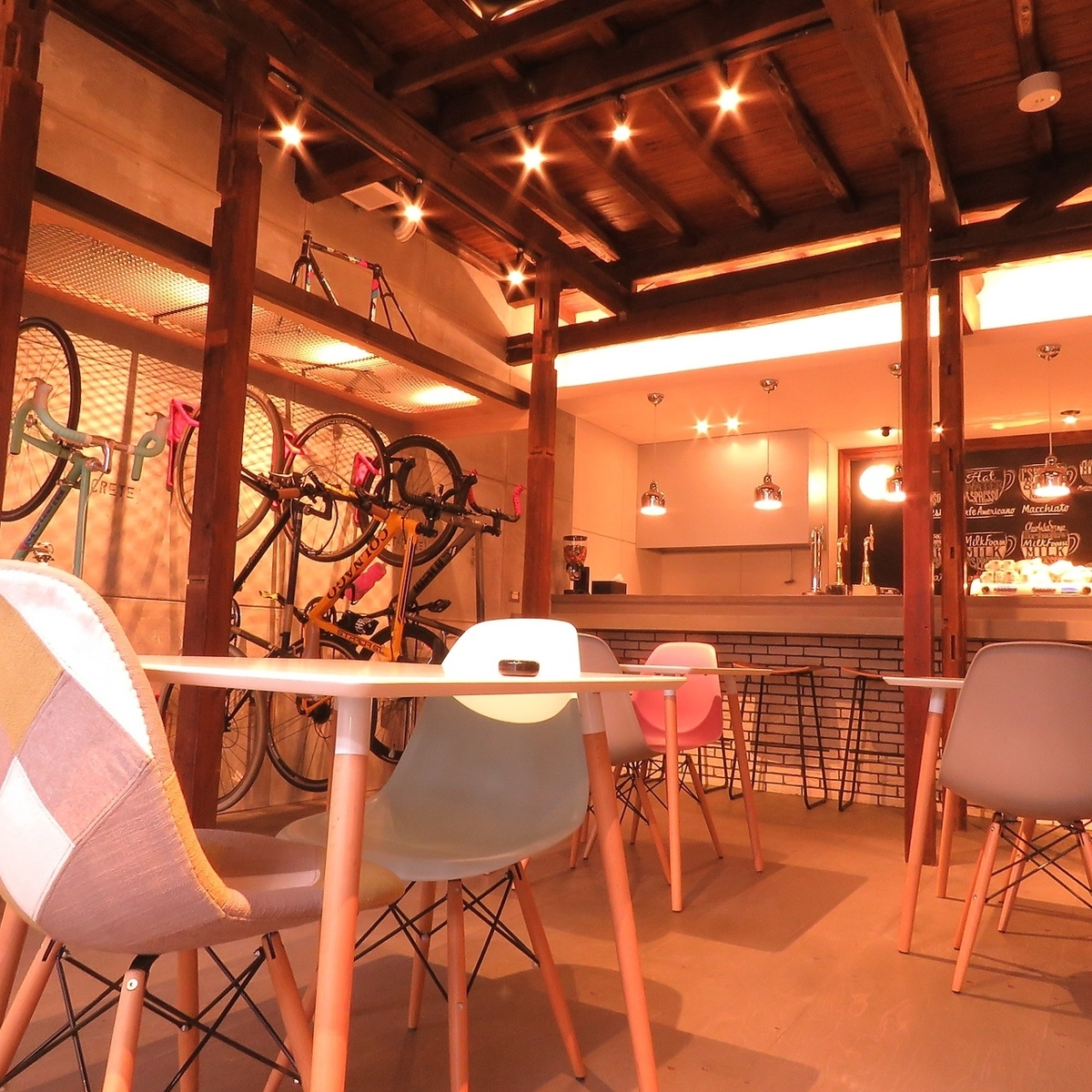 It is a space where you can dine properly while watching the bicycle.A charter can be booked from 16 to 24 people.※Non smoking seat