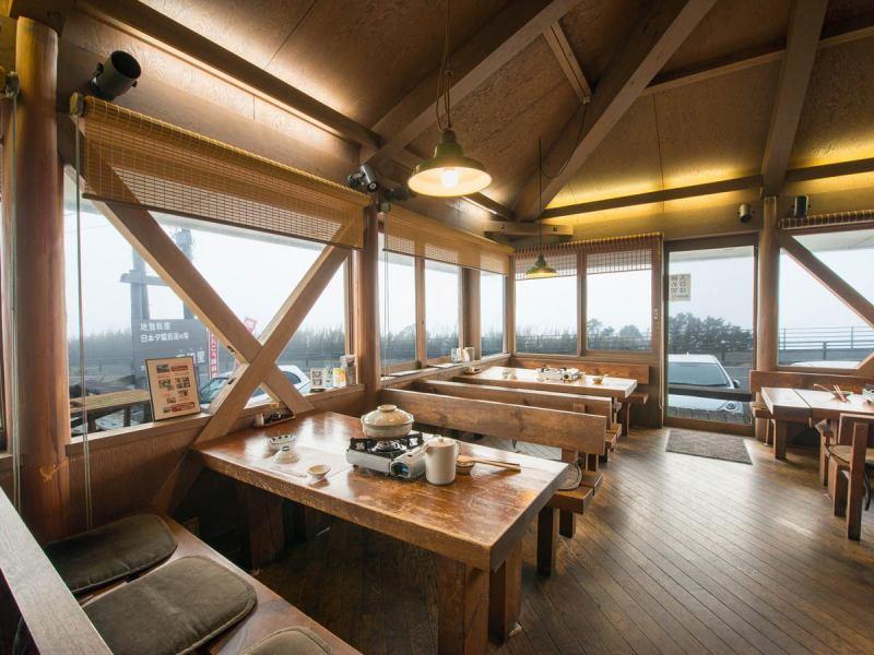店内はウッディ調で、窓も大きく開放的。景色を眺めながらの食事は、心もお腹も癒される。