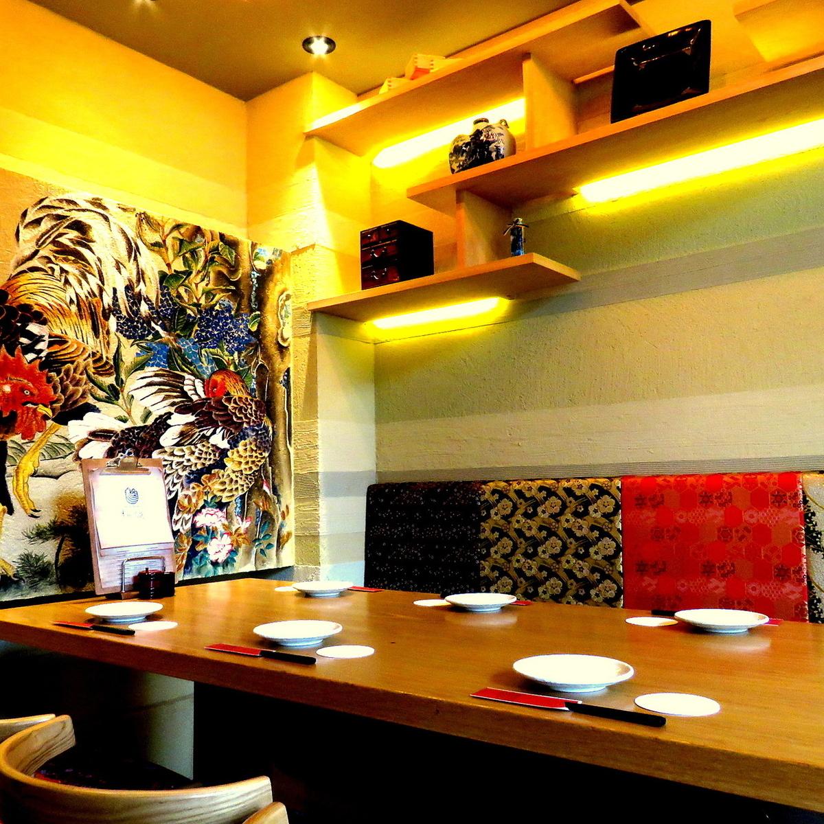完全個室!!黄金の茶室をイメージした個室です。鶏の絵が描かれた個室。会合や接待にもご利用いただけます。※クーポン;5名様以上のご予約で個室チャージ料無料
