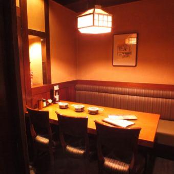 テーブル個室 6名様[4~6名様]隠れ家的なテーブル個室席です。広く落ち着いた雰囲気の個室は、接待や打ち合わせに最適!他にも仲間同士の飲み会等、幅広いシチュエーションで重宝します!こちらのお席は人気がありますので、お早目にお問合せ下さい♪