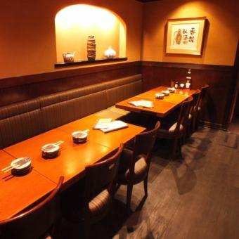 テーブル 12名様[4~12名様]片側がソファータイプのお席です。靴を脱ぐのはちょっと…というお客様にはピッタリのテーブル席。自由に動き回れ交流を深めるのにもピッタリです♪テーブルが可動式なので、2~12名様までご対応可能☆席のみ予約限定クーポンもございますので是非ご利用下さい♪