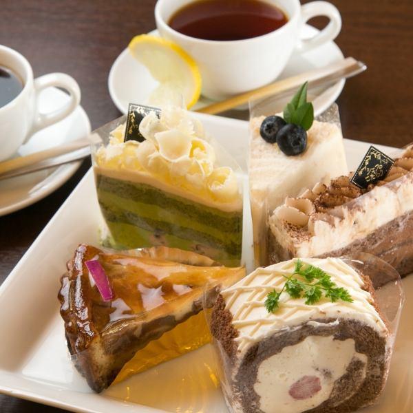 お1人様向けの【カウンター席】も完備♪カフェタイムには甘いケーキもご用意☆