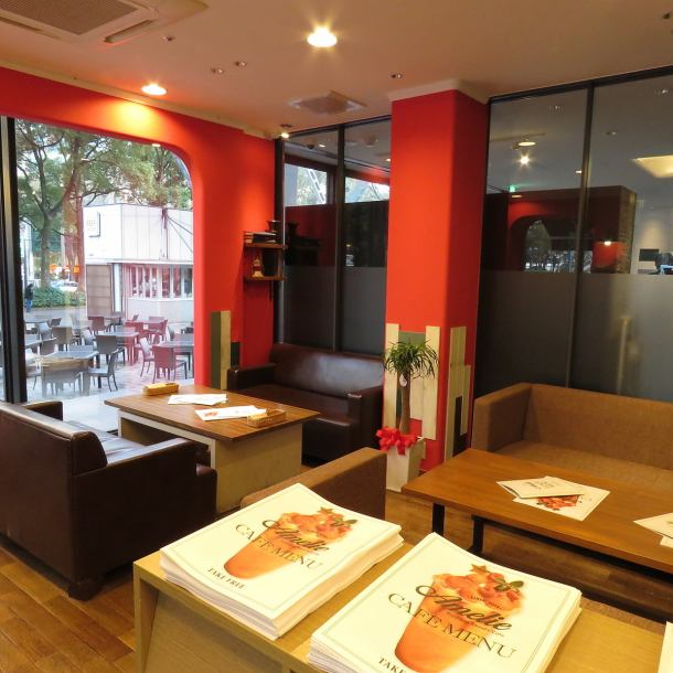 From lunch to night cafe please! The interior of the cute table seat is recommended for cafe time and girls' association ♪