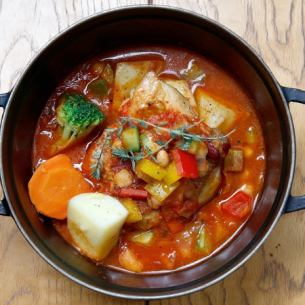 Ratatouille汤剪裁年轻的鸡大量的蔬菜