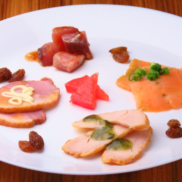 Suitable for craft beer 【4 smoked platter platter】 We are preparing smoked salmon, fungus, chicken and duck ♪