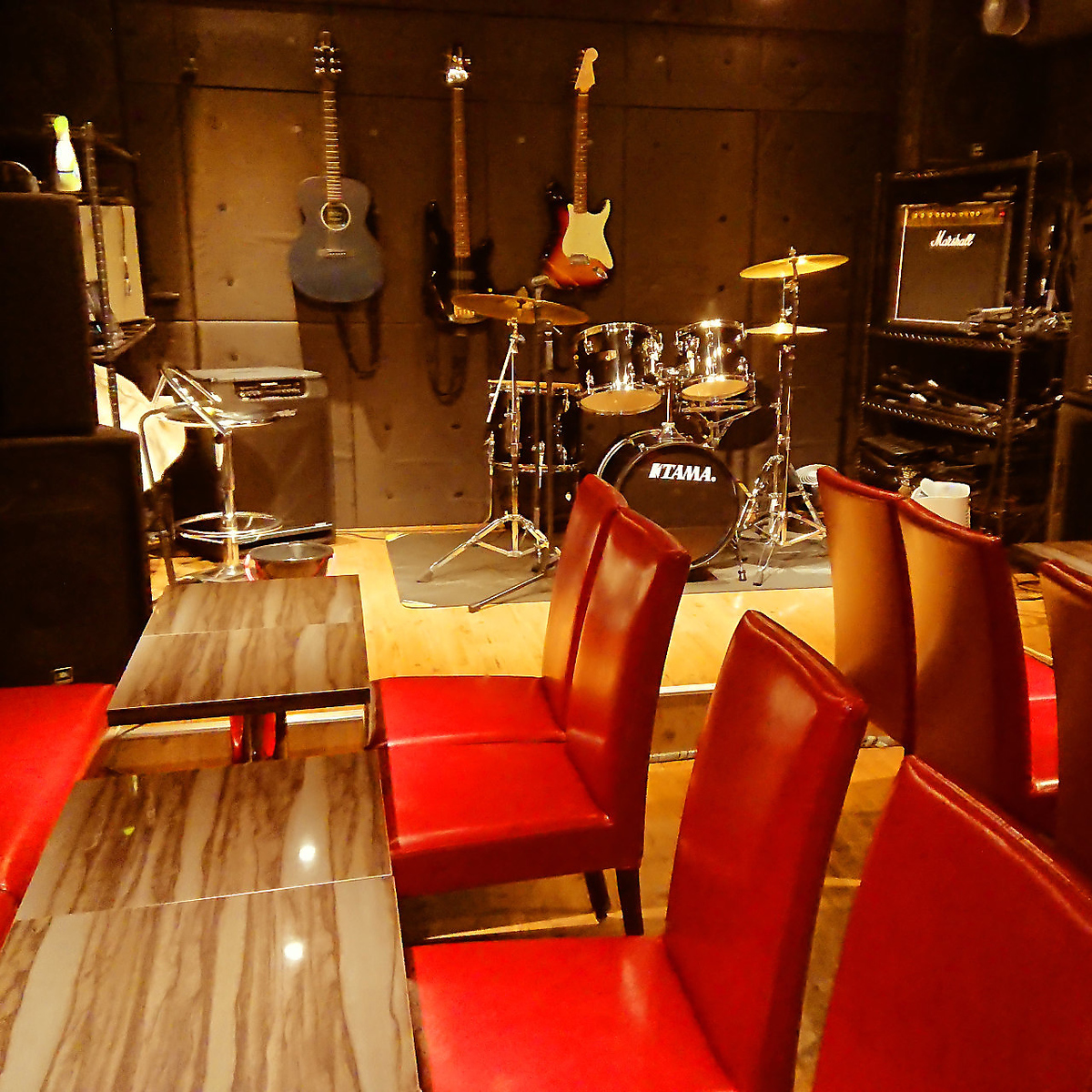 Chic atmosphere based on red.Lending out instruments ◎