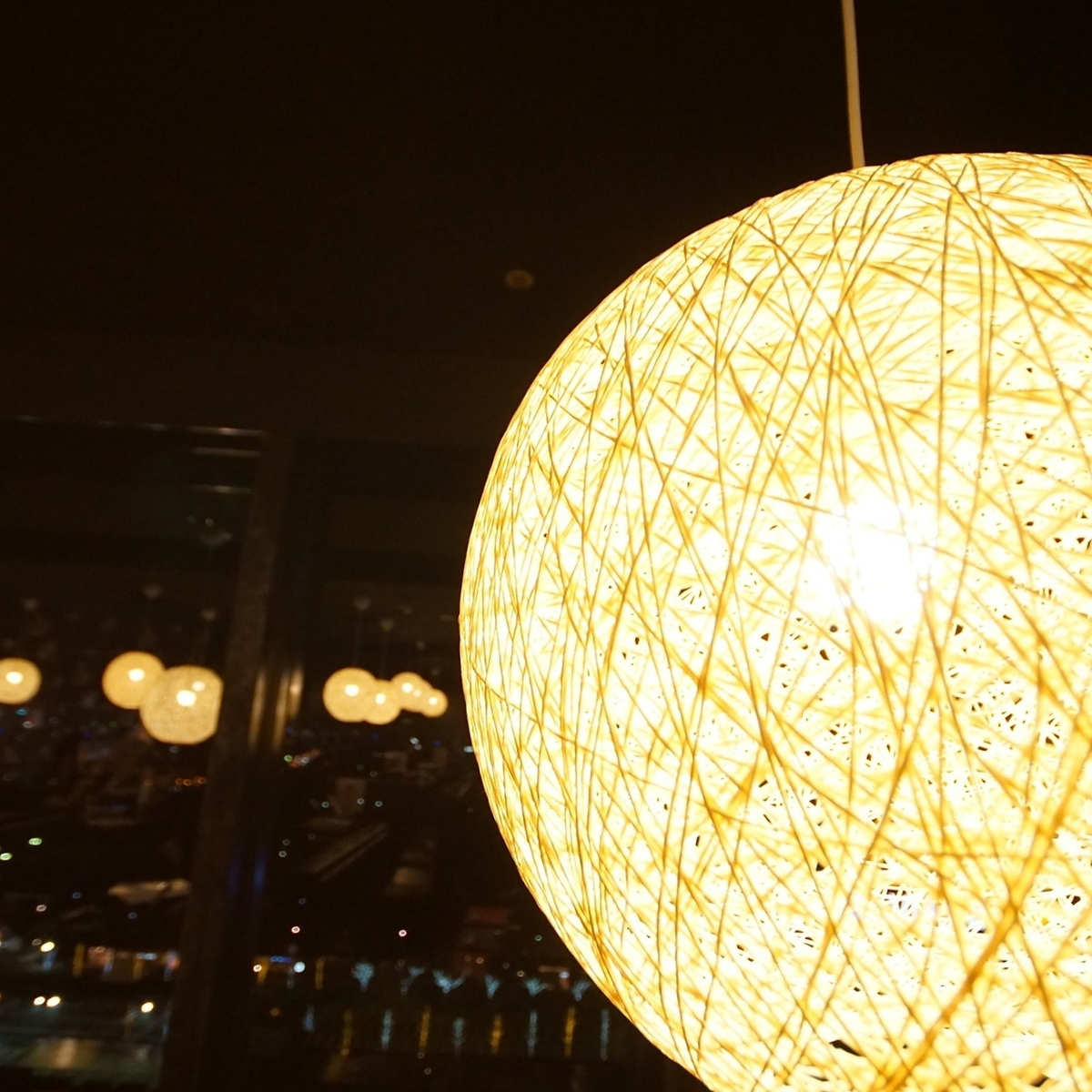 Two people table seats that can enjoy the night view of Osaka ♪ Ideal for date ◎