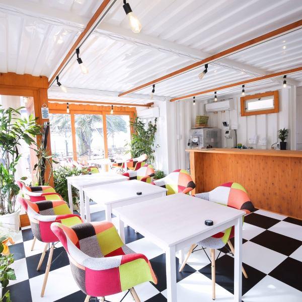 【モダンな内装の室内もあります】ご利用シーンに合わせてぜひお使いください♪日常から少し離れた開放的なカフェでゆったりとした時間をお過ごしください♪