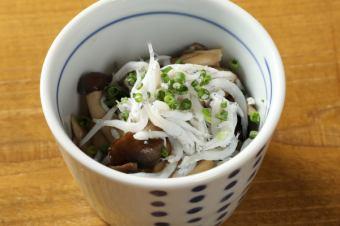 各種蘑菇的白葡萄酒炒香