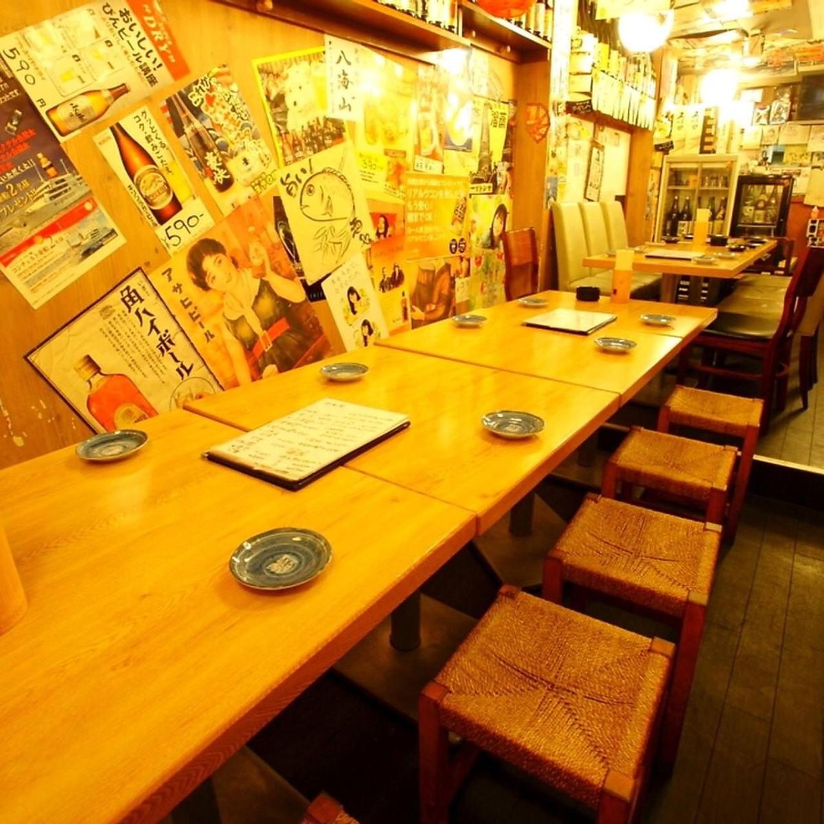 内部隐藏的私人房间似乎是商店里的所有桌子座位,在它后面☆