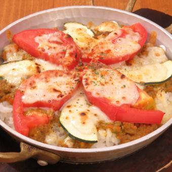 フレッシュトマトとチーズの焼きキーマカレー