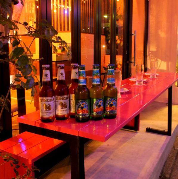 """«还有露台座位»Shibuya Sakuragaoka,Hilltop的正宗泰国美食餐厅。这是一个可爱的餐厅,有""""略带樱花色"""",穿过涩谷站的喧嚣,爬上一座小山。在这段时间里它变暖了,我们也建议在露台座位上用餐!还有Singh啤酒,泰国啤酒花园☆舒适的风和美味的泰国菜也很新鲜。"""
