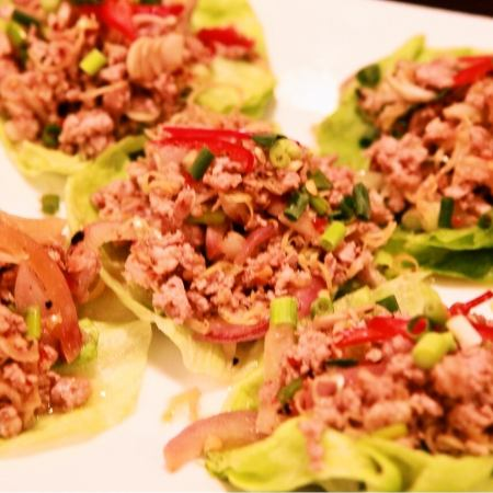 ムー・タクライ(豚挽き肉のレモン風味サラダ レタス包み)