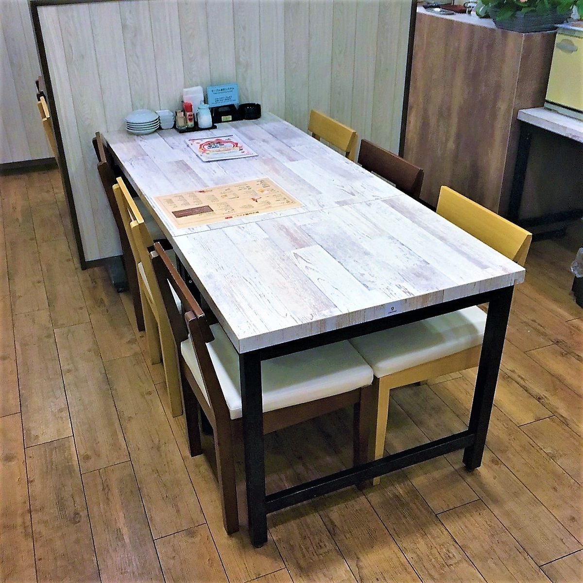 6名様までのテーブル席です。つなげると最大18名様まで可能です。