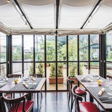 フィオーレの森の中庭を眺めながらゆっくりお食事を楽しめる開放感あふれる完全室内のテラス席は大きな窓ガラスに囲まれ半個室にもなり、最大8名様までご利用可能。思い出に残る素敵なパーティや結婚式二次会にも多くご利用いただいております。