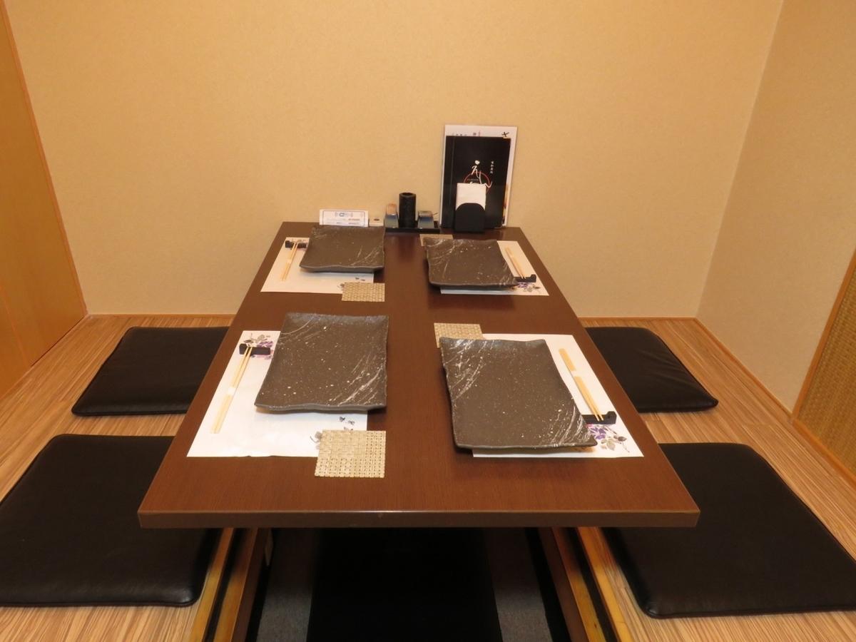 [半尺寸房间]下行灯的气氛稳定下来的挖掘的座位。慢慢放松自己的腿!座位总数完全可以容纳23个座位!最多12个宴会可容纳12人OK!我们将根据客人/场景的数量为您提供指导!随意包括座位,人数,预算等请联系我们!※照片就是一个例子