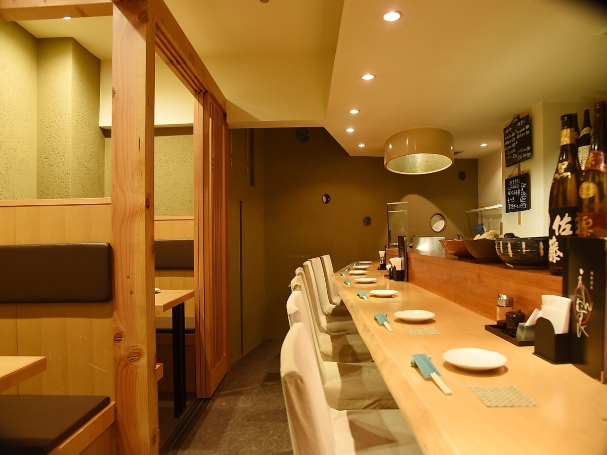 【Counter Seat】 Ideal for drinking party with moist and small number ◎ It's a calm atmosphere! ◎ You can drink moistly ◎ You can sit next to each other so even for date ◎ The total number of seats is 23 seats! Banquet maximum 12 people We will guide you according to the number of guests / scenes! Please do not hesitate to contact us, such as seat details, number of people, budget etc. ※ The picture is an example