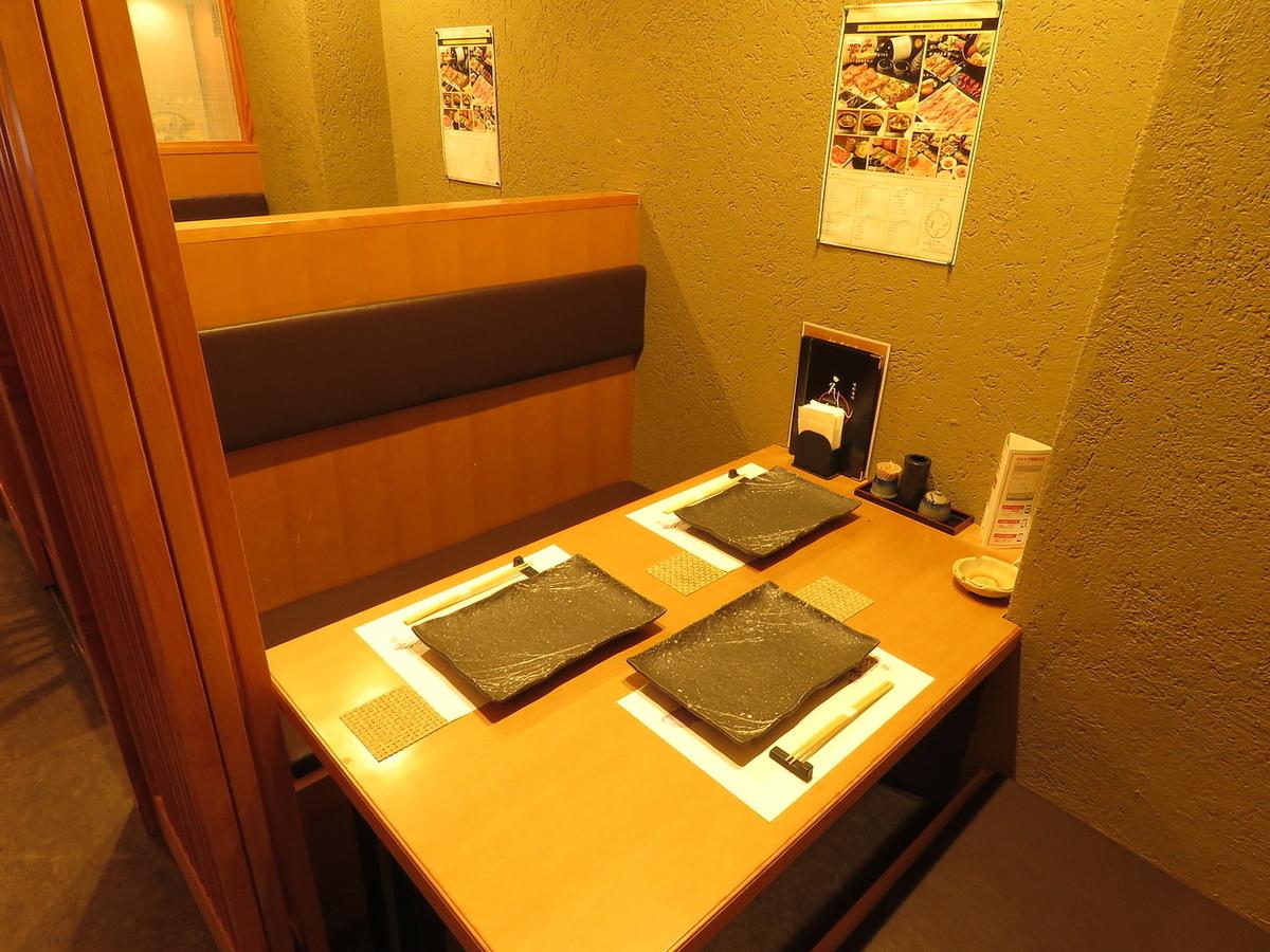 【テーブル席】ほどよくダウンライトされた店内は幻想的な空間に。デートやお忍びにぴったり!総席数23席完備!ご宴会最大12名様までOK!お客様の人数・シーンに合わせ、ご案内いたします!お席詳細・人数・ご予算など、お気軽にお問い合わせください!※写真は一例です