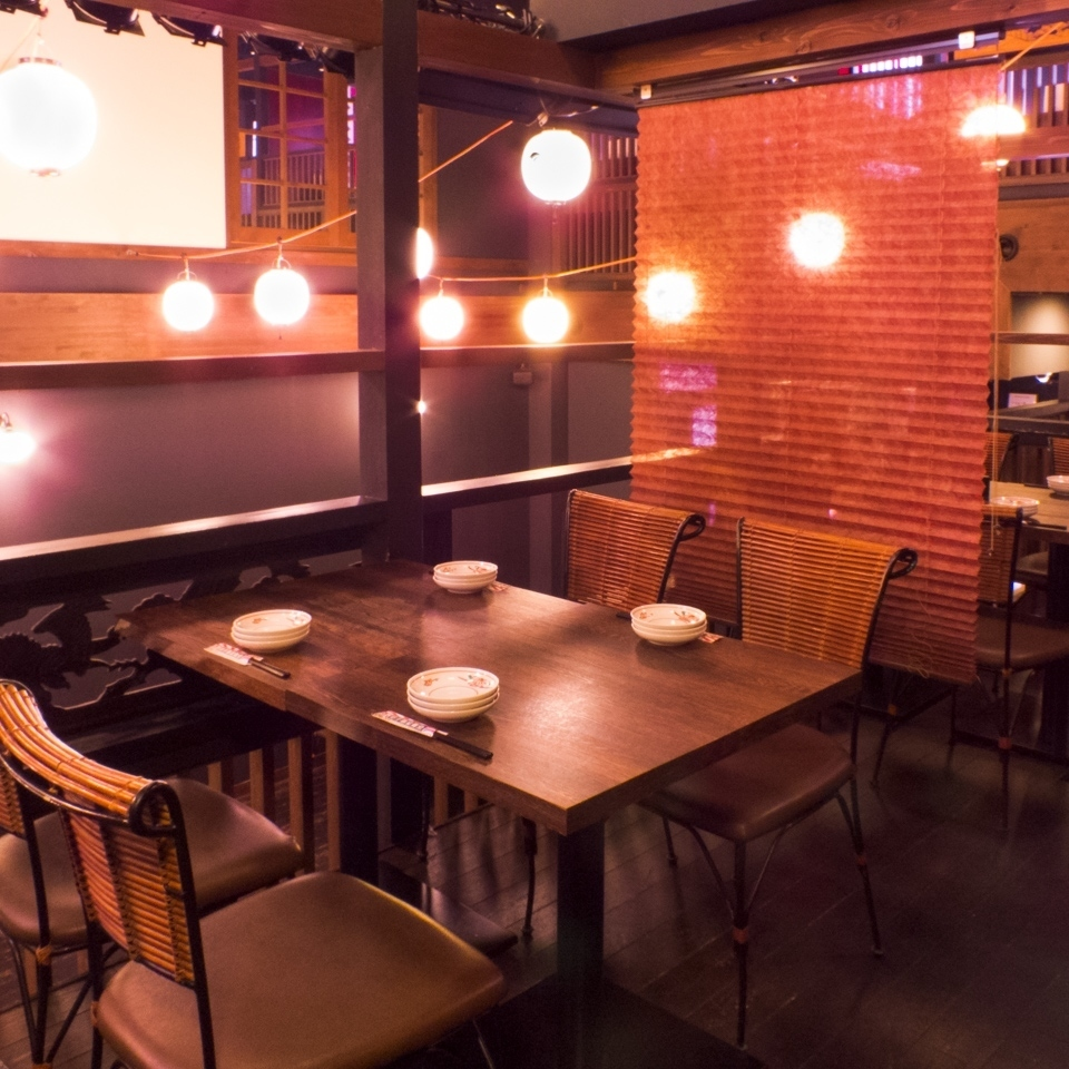 【2nd Floor Floor】 Immediately after climbing the stairs.Table seating full of openness: 4 people x 2. You can see the image displayed on the wall directly in front ♪