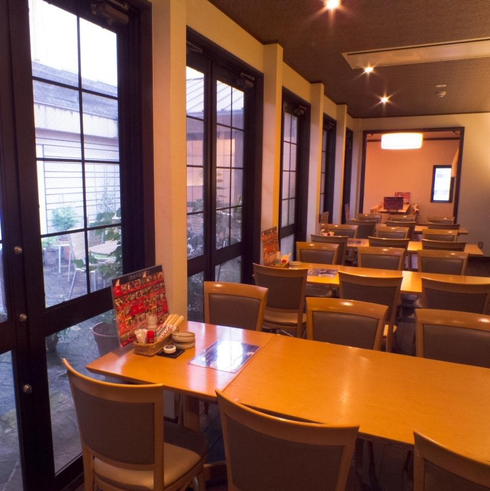 【3 floor floor】 Casual table seat facing the top floor terrace: 6 people × 4.