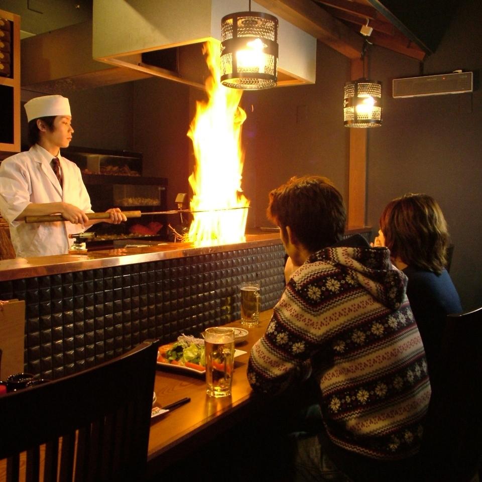 【一樓】櫃檯座位,在您面前可以看到稻草烤製示範。它很受遊客歡迎。