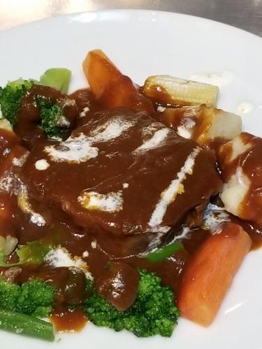 厚切り牛タンの軽い煮込み デミグラスソース 温野菜を添えて