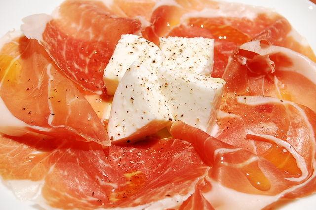 이탈리아 유명 재료의 최고의 조합 생햄과 모차렐라 치즈