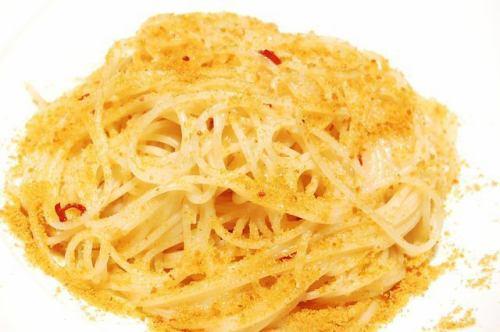 サルデーニャ島のカラスミパウダーを和えたペペロンチーニのスパゲッティーニ