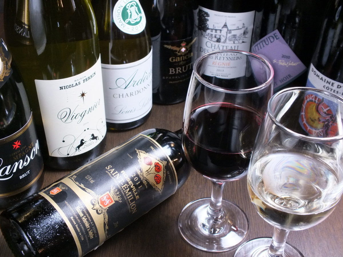 We have over 30 kinds of wines from around the world ♪