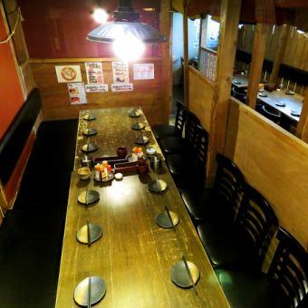 通過安排半私人房間的桌子,19人可以