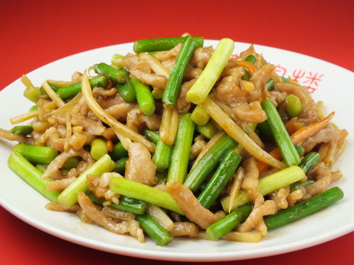 Stir-fried garlic sprouts and pigs