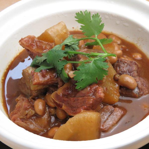 大人気!牛肉の柔らか煮【大根と牛バラの土鍋980円】牛バラ肉を3時間をかけて土鍋で、じっくりと煮込む一品