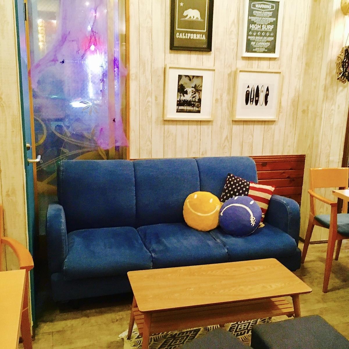 5名様席 ソファーはゆったりできるのでカップルや女の子同士に人気のお席です!