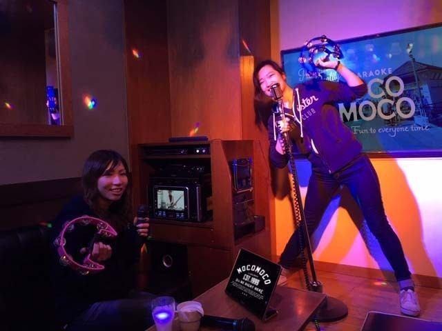 可動式スタンドマイク、盛り上げる照明、ライブのようなステージ、あらゆる形で盛り上げます☆お好きなアーティストになりきって思いっきり歌って踊って楽しんでください!