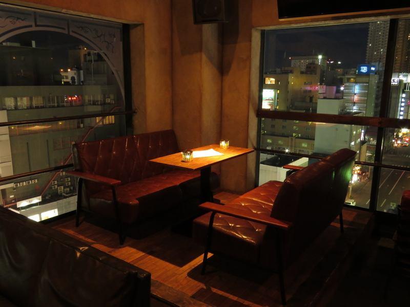 段上がり席は特別な空間。夜景を最上階から見えて特別感を演出♪ 音楽とともに、自慢の料理とお酒を楽しんでくださいませ。