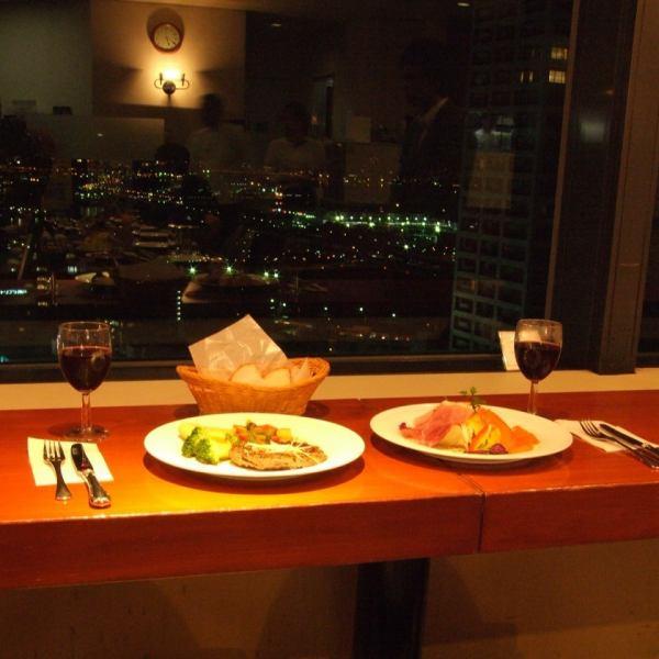 【神戸夜景を…★】目の前に広がる景色を見ながらお食事をお愉しみ頂けます♪さらに神戸空港への飛行機の離着陸も!海や街並みを24階から眺める贅沢は他では味わえません!!夜は特に街の明かりが雰囲気抜群です★