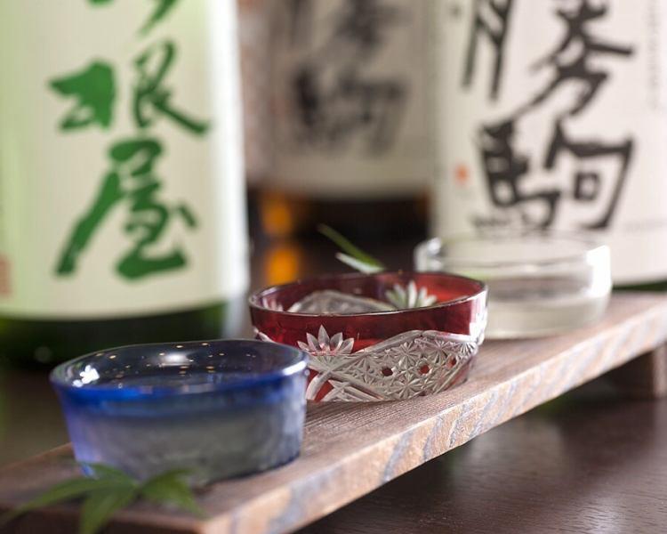 北陸地方こだわりの地酒を豊富にラインナップしているから、食事に合わせて好きな銘酒を選べる。