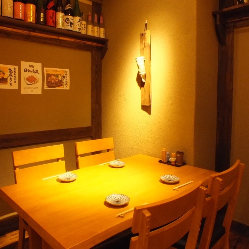 【Over 2 People】 Space filled with warmth of wood is a relaxing and relaxing table seat.