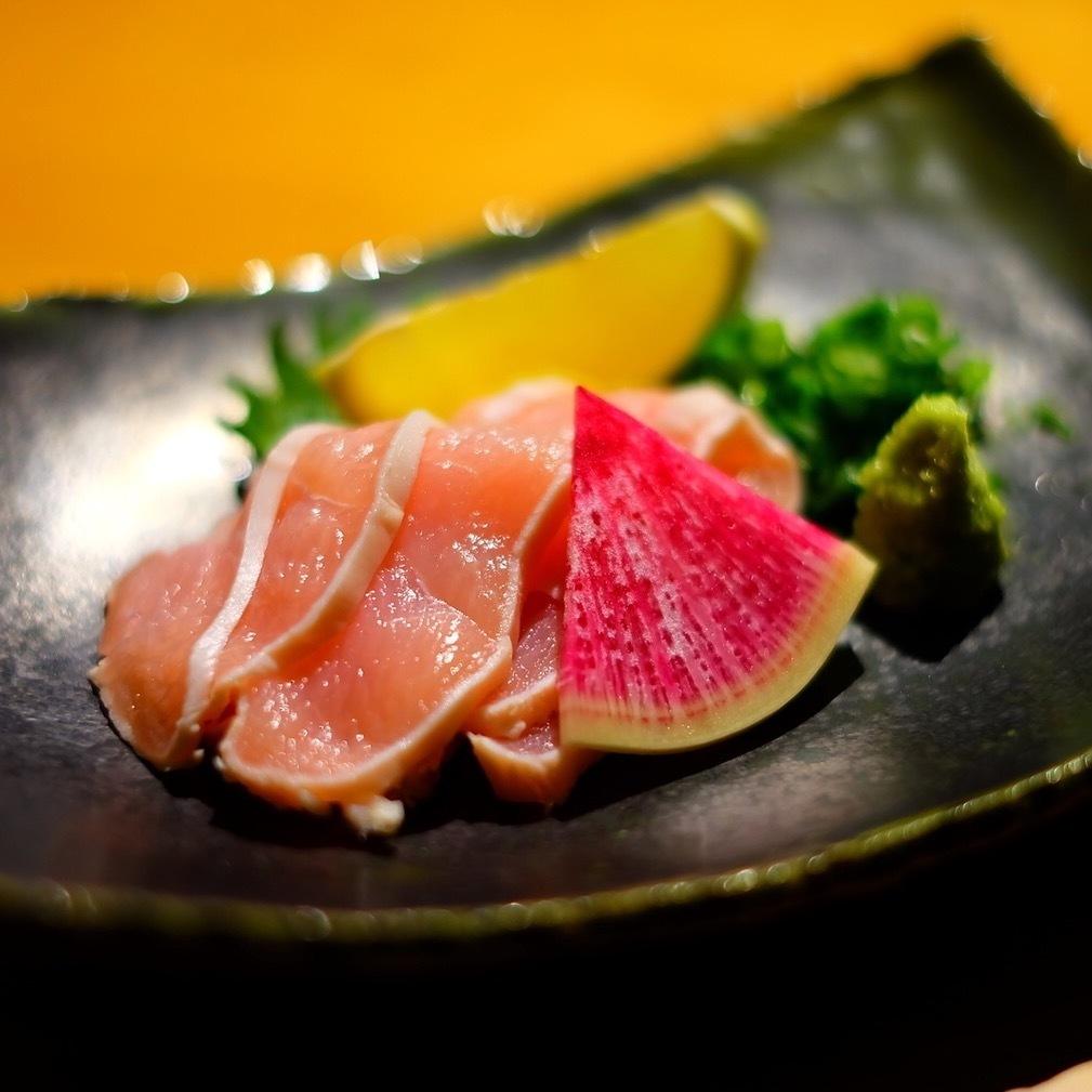 新鮮的雞胸肉肉生魚片