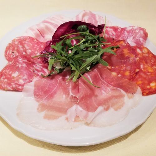 イタリア産生ハム、サラミの盛り合せ