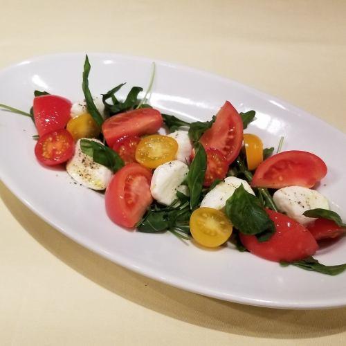 水牛モッツアレラチーズと彩りトマトのカプレーゼ
