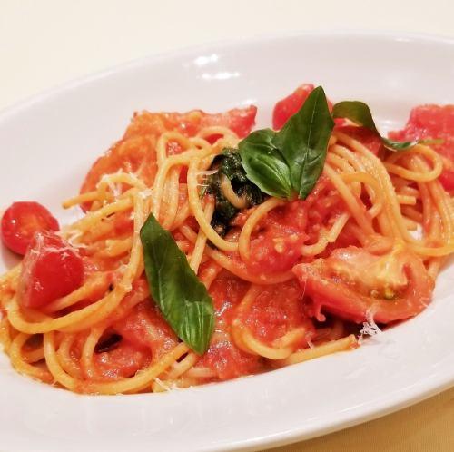 4種のフレッシュトマトとバジリコのスパゲッティ
