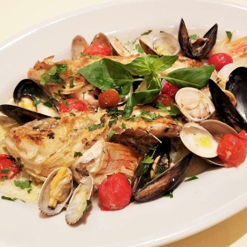 アクアパッツア ~鮮魚たっぷり貝類、チェリートマトの白ワイン蒸し~