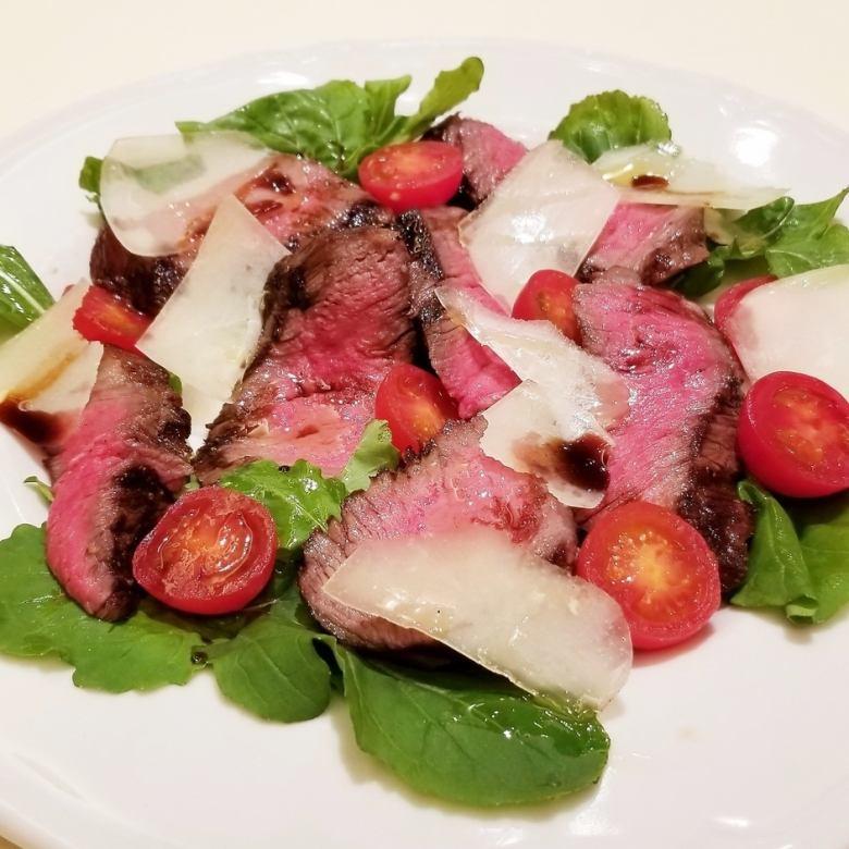 アンガス牛ランプ肉のタリアータ仕立て ~ルーコラとパルミジャーノ、熟成バルサミコソース~