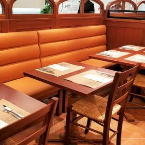 イタリアの雰囲気を感じられる広々とした店内。ごゆっくりお食事をお楽しみください。