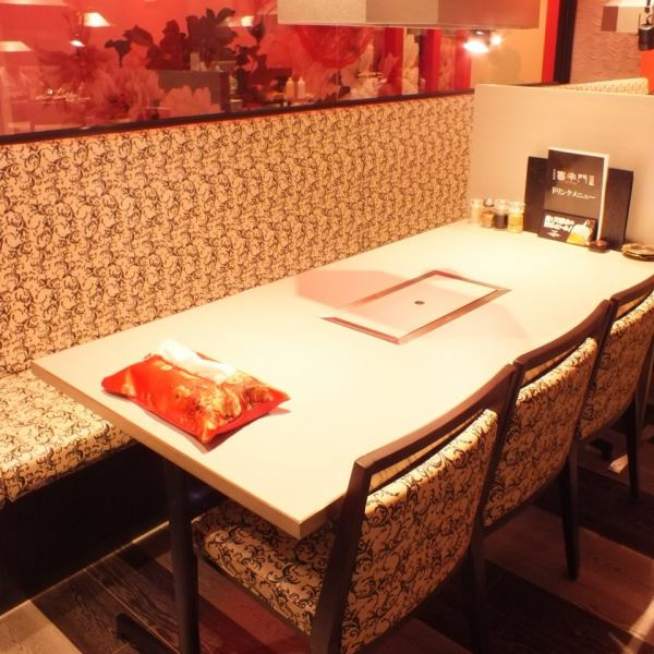 4 people's table seats ♪ Enjoy your meals slowly, such as friendly associates and work-related dinner party, perfect for people who want to spend a wonderful time without worrying about surroundings with each other