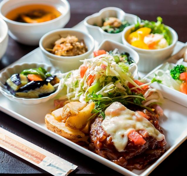 【Our most popular No.1 lunch】 Attention to beauty and health! Plate lunch where you can eat more than 10 kinds of vegetables 1000 yen (tax excluded)