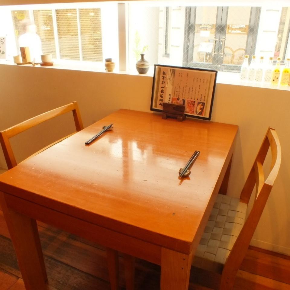 這張桌子上有兩個人的桌子。日常使用的熱門座位等。◎