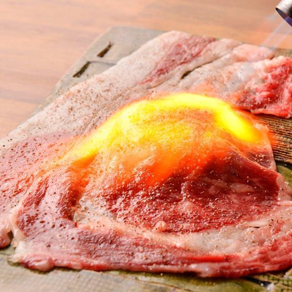 【肉寿司名物さしとろ】目の前で豪快に炙る「さしとろ」はパフォーマン性も◎890円(税別)